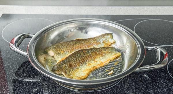 Al llegar a los 90 °C, dependiendo del grosor de los filetes, retirar inmediatamente de la paellera o darles la vuelta y terminar de asarlos durante 1 minuto. Para servir, adobar con sal, pimienta y zumo de limón.
