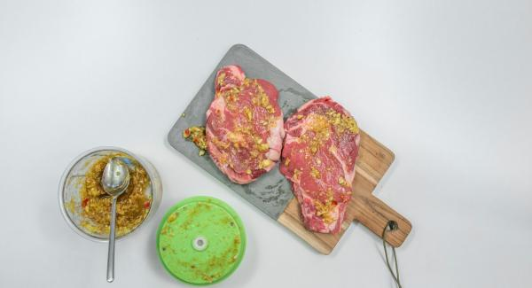Hacer cortes en los bordes de grasa de los filetes, si los hubiera. Cubrir con una marinada y dejarlo tapado durante mínimo  2 horas.