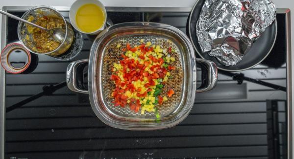 Asar los trozos de piña, pimiento y cebolleta con el zumo de la carne. Añadir la marinada restante y el zumo de naranja, y cocer a fuego lento durante unos minutos.