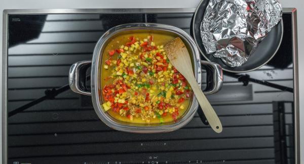 Quitar las hojas del cilantro y picarlas, añadir salsa de soja a la mezcla y sazonar.