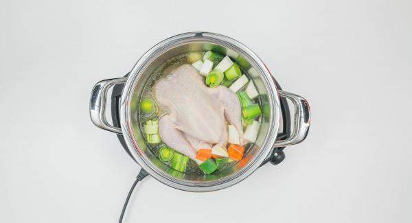 Limpiar las verduras para hacer caldo y cortarlas a trozos grandes. Verter la verdura en una olla de 24 cm (5 l) e incorporar el pollo, la hoja de laurel y el caldo. Tapar con la Tapa Rápida (Secuquick Softline) de 24 cm y cerrar.