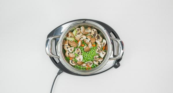 Poner las verduras humedas en una olla pequeña y esparcir sobre ella los guisantes congelados y los champiñones.