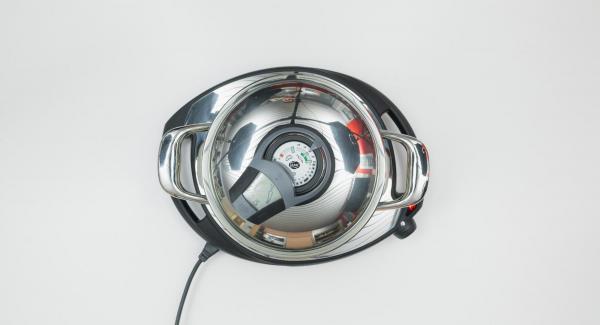 """Colocar la olla en el Navigenio a temperatura máxima (nivel 6). Encender el Avisador (Audiotherm), introducir 15 minutos de tiempo de cocción. Colocarlo en el pomo (Visiotherm) y girar hasta que aparezca el símbolo de """"zanahoria"""". Cuando el Avisador (Audiotherm) emita un pitido al llegar a la ventana de """"zanahoria"""", bajar temperatura y cocer hasta el final."""