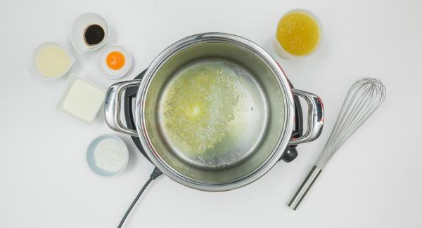 Fundir la mantequilla en la olla. Cuando empiecen a formarse burbujas, añadir la harina y, a continuación, el caldo poco a poco.