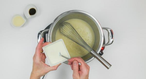 Cocinar la salsa a fuego lento durante unos 5 minutos. Quitar las hojas de estragón y picarlas finas. Añadirlas a la salsa junto con el vino. Mezclar la yema de huevo con la nata y agregar la mezcla a la salsa sin dejar que hierva.