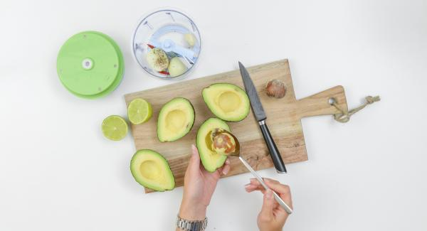 Pelar el ajo y la cebolla. Lavar la chile y retirar el núcleo. Picar el ajo, la cebolla y el chile en pequeños trozos en el QuickCut. Quitar el núcleo y la cáscara de aguacate.