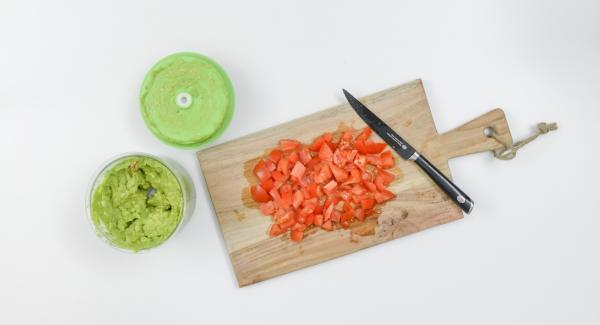 Lavar el tomate, cortar en cubos pequeños e incluir. Sazonar con sal y pimienta.
