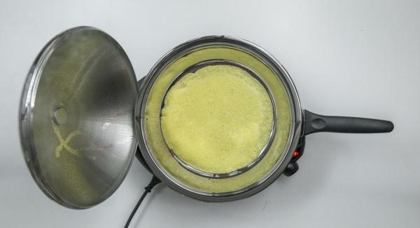 Ajustar el Navigenio a temperatura baja (nivel 2) y tapar. Al alcanzar los 90 °C, se puede dar la vuelta a la crepe. Tapar. Al volver a llegar a los 90 °C, la crepe estará hecha.