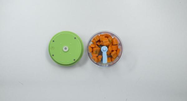 Para el relleno, trocear las nueces con el Quick Cut y reservar. Pelar las zanahorias, cortarlas a tiras largas, quitar las hojas del perejil y cortarlo todo a trozos muy pequeños en el Quick Cut.