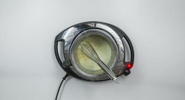 Añadir el caldo y la leche poco a poco. Cocinar la salsa a fuego lento durante unos 5 minutos, removiendo de vez en cuando.