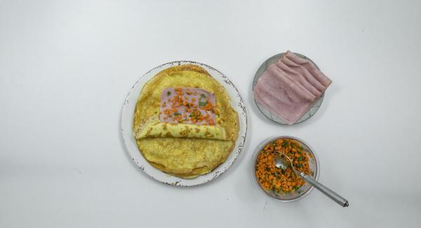 Colocar una loncha de jamón en cada crepe, esparcir aproximadamente una cucharada sopera de la mezcla de zanahorias y enrollar.
