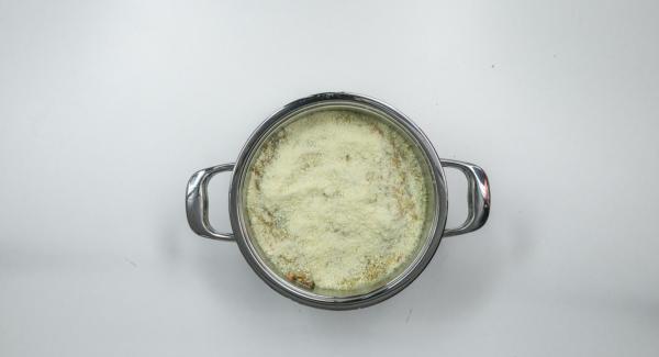 Esparcir las nueces troceadas y el queso restante por encima. Situar la olla en una superficie resistente al calor, colocar el Navigenio en modo horno (poniéndolo invertido encima de la olla) y ajustar a temperatura baja. Cuando el Navigenio parpadee en rojo/azul, introducir 20 minutos en el Avisador (Audiotherm) y hornear hasta que esté dorado.