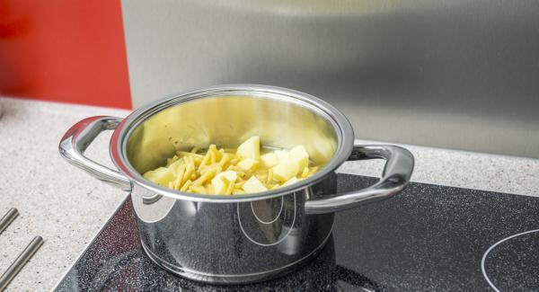 Pelar las patatas y cortarlas a dados pequeños. Mezclar con los macarrones y el caldo en una olla.  Tapar con la Tapa Rápida (Secuquick Softline).