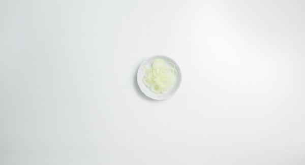 """Mientras tanto, pelar la cebolla, cortarla por la mitad y después en rodajas finas. Introducirla en una olla pequeña o una sartén, tapar y colocarla en el fuego a temperatura máxima. Encender el Avisador (Audiotherm), colocarlo en el pomo (Visiotherm) y girar hasta que se muestre el símbolo de """"chuleta""""."""