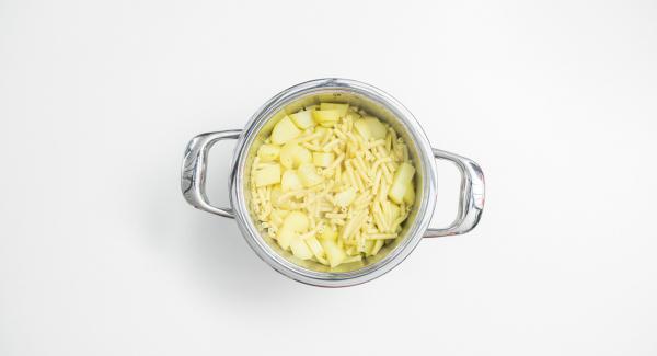 Al finalizar el tiempo de cocción, colocar la olla con la Tapa Rápida (Secuquick Softline) en una superficie resistente al calor y dejar despresurizar.  Agregar la nata, el cebollino y la mitad del queso y la cebolla. Sazonar bien.