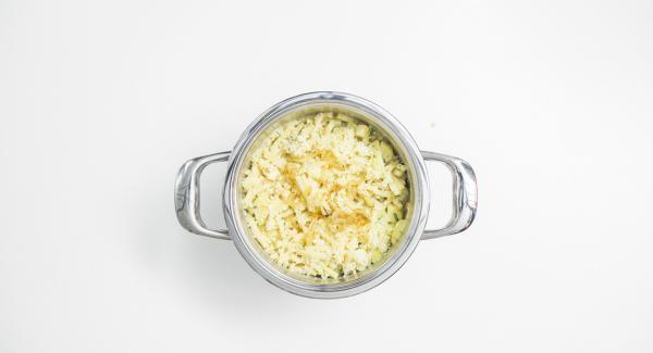 Añadir encima el resto de la cebolla y el queso, y servir.
