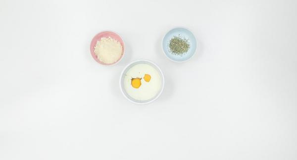 Batir los huevos con la nata y mezclarlos con el parmesano y las hierbas.