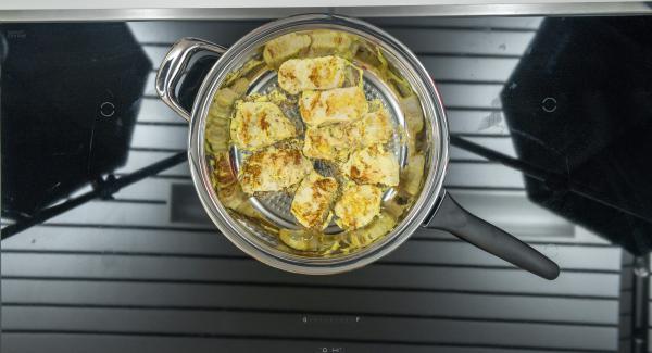 Dar la vuelta al cabo de un rato. Freír por completo unos 8 minutos en función del tamaño del trozo de carne.