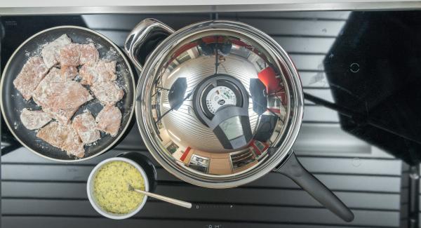 """Cuando el Avisador (Audiotherm) emita un pitido al llegar a la ventana de """"chuleta"""", bajar la temperatura y meter los trozos de carne en harina.  Bañar los trozos de carne en la mezcla de queso y colocar el conjunto directamente en la sartén."""