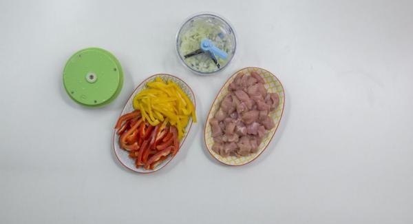 Cortar el pollo en dados. Cortar el pimiento en largas tiras de aproximadamente 3 cm. Cortar la cebolla con Quick Cut.