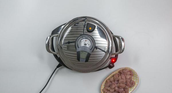 """Cuando el Avisador (Audiotherm) emita un pitido al llegar a la ventana de """"chuleta"""", bajar temperatura de Navigenio (nivel 2) y colocar el pollo. Volver a tapar con la Tapa Súper-Vapor y asar el pollo hasta que llegue nuevamente a los 90º."""