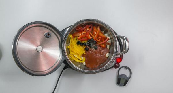 Añadir la salsa de tomate, los pimientos y las aceitunas. Sazonar con sal y pimienta.