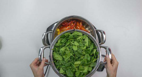 Colocar las espinacas en la softiera insert combi, colocar encima de la olla y tapar con Súper-Vapor.