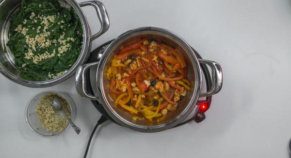 Refinar las espinacas con el queso y las nueces. Sazonar el pollo otra vez con sal y pimienta si necesario y con un poco de aceite de oliva. Servir junto a las espinacas.