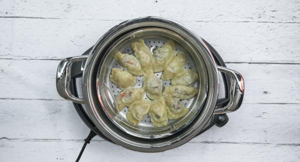 Al finalizar el tiempo de cocción, retirar la Softiera y proceder igual con el reto de raviolis.