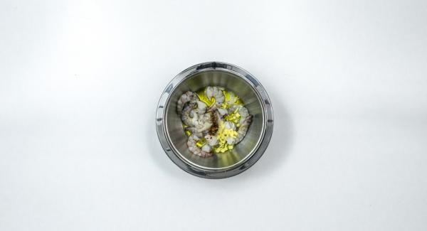 Pelar y trocear el jengibre. Mezclar las gambas con el jengibre, el aceite de oliva, la pimienta de cayena molida y el zumo de limón. Dejar marinar durante 1 hora aproximadamente.