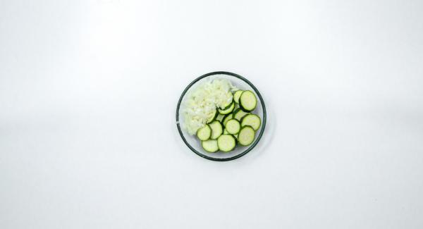 Pelar 1 cebolla y cortarla a trozos pequeños. Lavar el calabacín y cortarlo a rodajas.