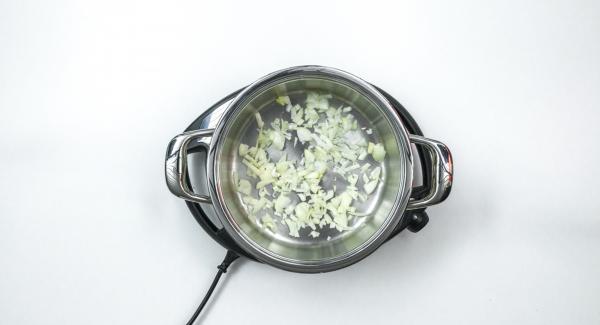 """Introducir la cebolla en la olla y tapar.   Colocar la olla en el Navigenio a temperatura máxima (nivel 6). Encender el Avisador (Audiotherm), colocarlo en el pomo (Visiotherm) y girar hasta que se muestre el símbolo de """"chuleta""""."""