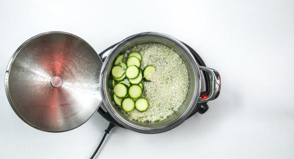 Añadir el arroz para risotto y el calabacín. Asar todo durante un momento.  Añadir el caldo de verduras, tapar con la Tapa Rápida (Secuquick Softline) de 24 cm.