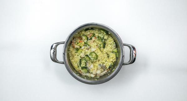 Añadir el parmesano rallado y sazonar con sal y pimienta.