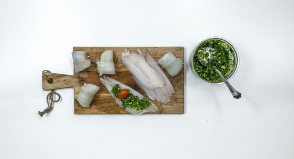 Untar un poco de pesto en los filetes de pescado y enrollar con un tomate cherry cada uno, fijándolos con palillos de dientes. Colocar los rollitos en la Softiera  24 cm.