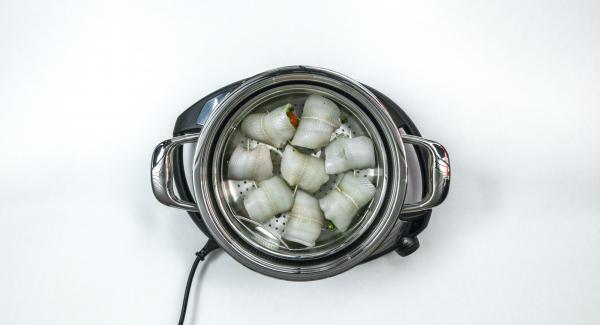 Colocar los rollitos en la Softiera  24 cm.  Añadir agua (aprox. 150 ml) en la olla de 24 cm 3.5 l, colocar la Softiera en el interior y colocar la olla sobre Navigenio. Tapar con EasyQuick con el aro de sellado de 24 cm.