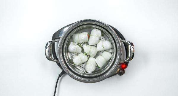 Al finalizar el tiempo de cocción, retirar la Softiera y servir los rollitos de pescado con el pesto restante.