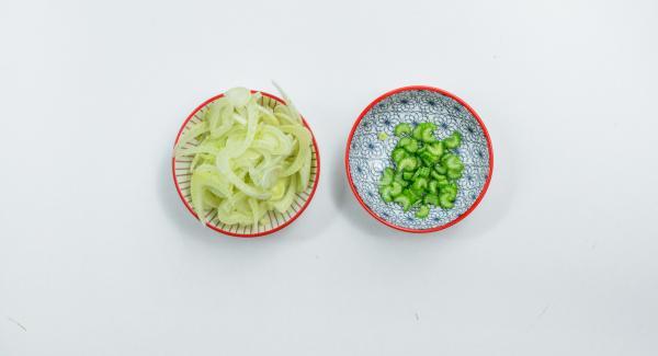 Limpiar el apio y el hinojo, cortar en rodajas finas y mezclar. Mantener la parte verde del apio separada