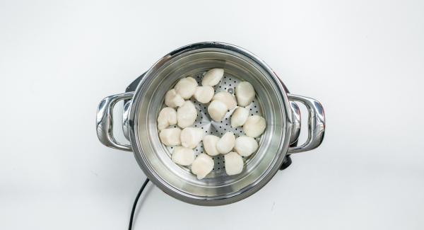 Colocar las vieiras, una vez lavadas, en la softiera insertar y tapar con la Tapa Súper-Vapor (EasyQuick) con un aro de sellado de 24 cm