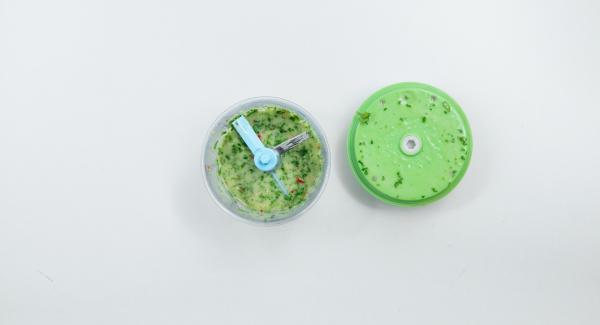 Mezclar la piel y el zumo de la lima, la guindilla y el aceite de oliva y la parte verde del apio en el Quick Cut para hacer un aderezo.