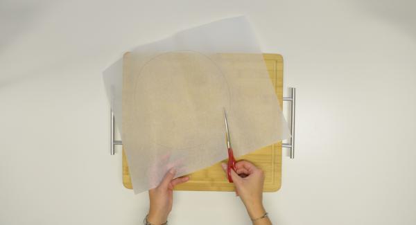 Cortar un círculo del papel encerado e introducirlo en el Accesorio Súper-Vapor Combi.