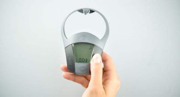 """Sacar las tortillas del paquete de una en una y colocarlas una encima de la otra en el Accesorio Súper-Vapor. Abrir la Tapa Súper-Vapor y colocar la softiera dentro de la olla. Volver a tapar con Súper-Vapor. Encender el Avisador (Audiotherm) e ntroducir 1 minuto de tiempo de cocción. Colocarlo en el pomo (Visiotherm) y girar hasta que aparezca el símbolo de """"vapor""""."""