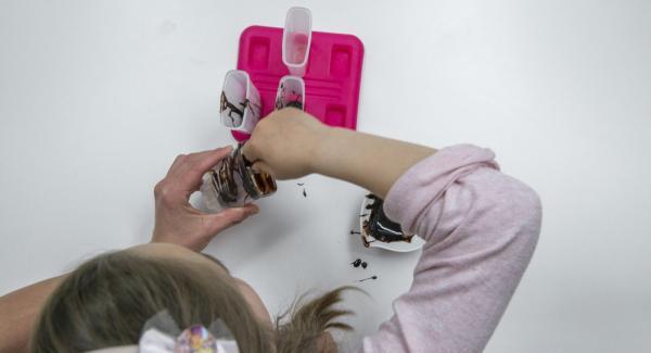 Mezclar el aderezo de chocolate según las instrucciones del paquete y verter en los moldes para polos. Hasta que se vuelva a endurecer, sigue removiéndolo un poco de vez en cuanto para que se formen picos de chocolate.