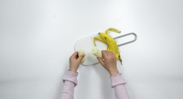 Pelar el plátano, cortarlo a tiras largas y trocearlo en el Quick Cut