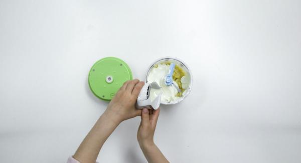 Incorporar el requesón o la ricota y la crema.