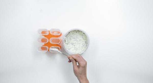 Introducir la mezcla de plátano en moldes para polos y cerrar las tapas.