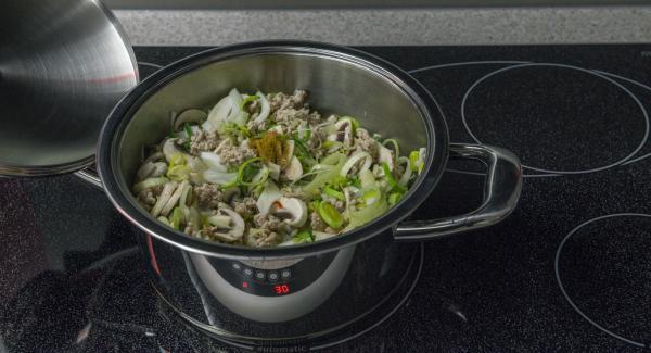 Añadir el ajo, el chili y las verduras y asarlo todo junto. Agregar el vino y sazonar con sal, curry y pimienta de cayena.
