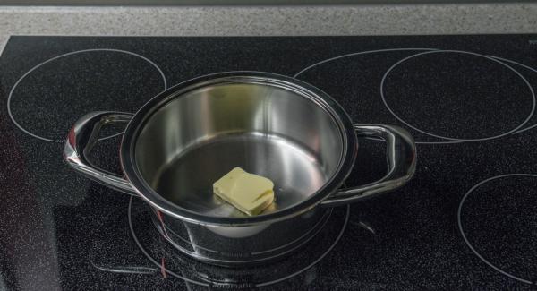 Derretir la mantequilla en una olla adecuada hasta que se vean burbujas.