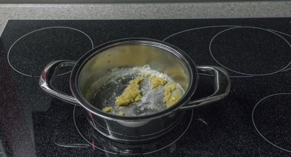 Derretir la mantequilla en una olla adecuada hasta que se vean burbujas. Añadir la harina y verter la leche y el caldo de ave poco a poco sin dejar de remover.