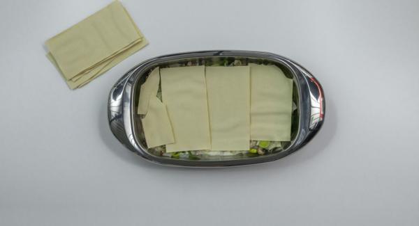 En una lasañera, poner capas de salsa de queso, láminas para lasaña y la mezcla de carne y verduras, alternándolas. Empezar y terminar con la salsa. Por último, espolvorear con queso rallado.
